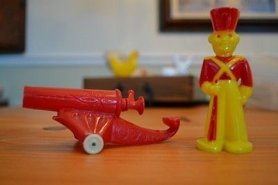 VINTAGE ROSBRO E. ROSEN HARD PLASTIC SOLDIERS WITH CANNON SUCKER HOLDERS vibrant colors, tight seams, some yellowing in the glue seams, light rust on axle, wheels roll freely. Both pieces need to be c