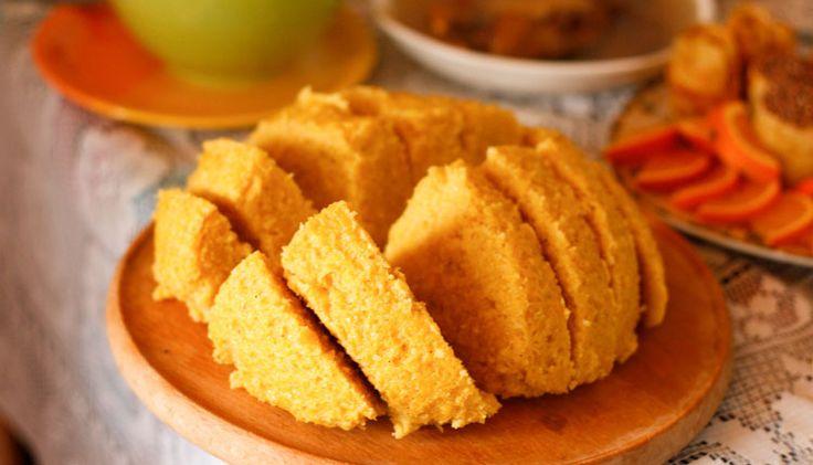 Mamaliga, polentadan (mısır unu) yapılan, pilav niyetine yenen bir yemek. Polentayı irmik kıvamında öğütülmüş mısır gibi düşünebilirsiniz. Gerekli malzemeler:   250 gram mısır unu  750 mililitre su  1 tatlı kaşığı tuz  Yapılışı:  Bir tencereye su ve tuz koyunuz.   #Balkan #Balkan Rehberim #balkanlar #Mamaliga #Mamaliga Nedir #Mamaliga Romanya Yemekleri #Romanya