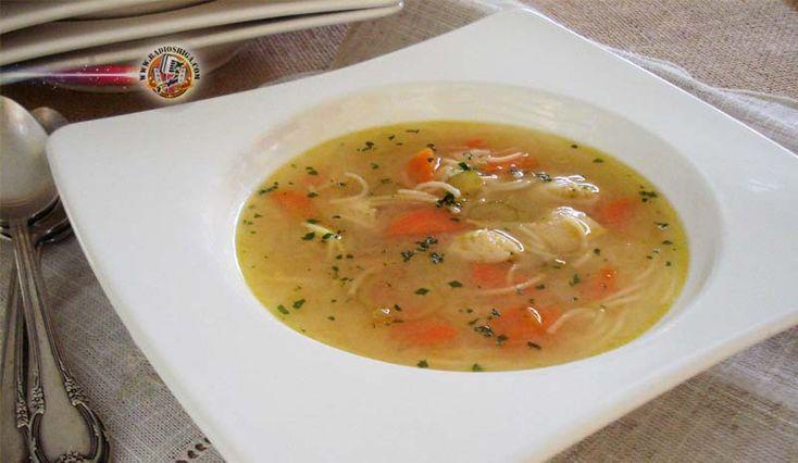Sopa de galinha com aletria. Esta sopa é a tradicional e poderosa chicken soup (penicilina). Com poucos ingredientes, ela prova seus benefícios. Por ter um