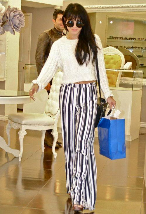 12/4 #ヴァネッサ・ハジェンズ #クロップニット #ストライプパンツ #ウェッジサンダル |海外セレブ最新画像・私服ファッション・着用ブランドまとめてチェック DailyCelebrityDiary*
