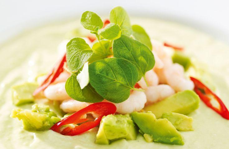 Avokado er supert følge til rekene. De nesten fettfrie skalldyrene balanseres av det sunne fettet i avokadoen.