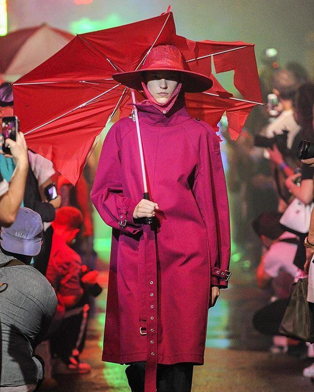 """Раф Симонс @rafsimons для показа своей новой коллекции весна-лето 2018 собрал гостей подмостом всердце Чайна-тауна и воссоздал атмосферу типичного китайского ночного рынка точно как всцене изфильма Ридли Скотта """"Бегущий полезвию"""" #rafsimons #mensfashion #ss18  via HARPER'S BAZAAR RUSSIA MAGAZINE OFFICIAL INSTAGRAM - Fashion Campaigns  Haute Couture  Advertising  Editorial Photography  Magazine Cover Designs  Supermodels  Runway Models"""