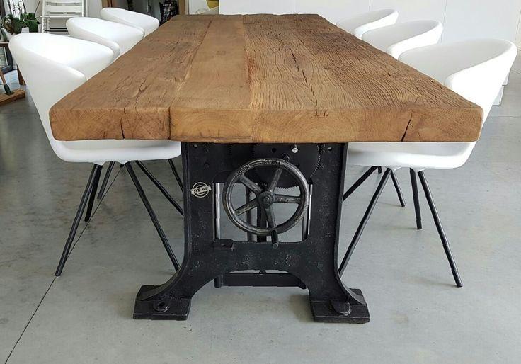 Hoogte verstelbare Industriele tafel, oude gietijzeren poten Limited Edition. Verstelbaar van 75cm naar 109cm hoog.