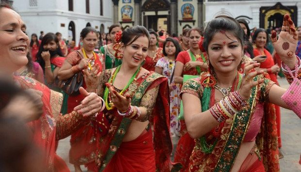 Wanita Nepal Menari Massal Usai Beri Penghormatan
