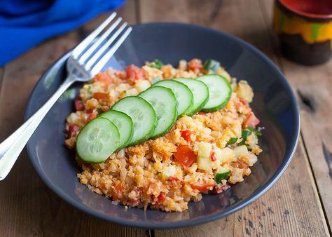 """Bulgur is een graan en daarom eten we dat binnen het paleo dieet niet. Gelukkig kun je in plaats daarvan bloemkool""""rijst"""" nemen en genieten van deze heerlijke Turkse salade. Dit […]"""
