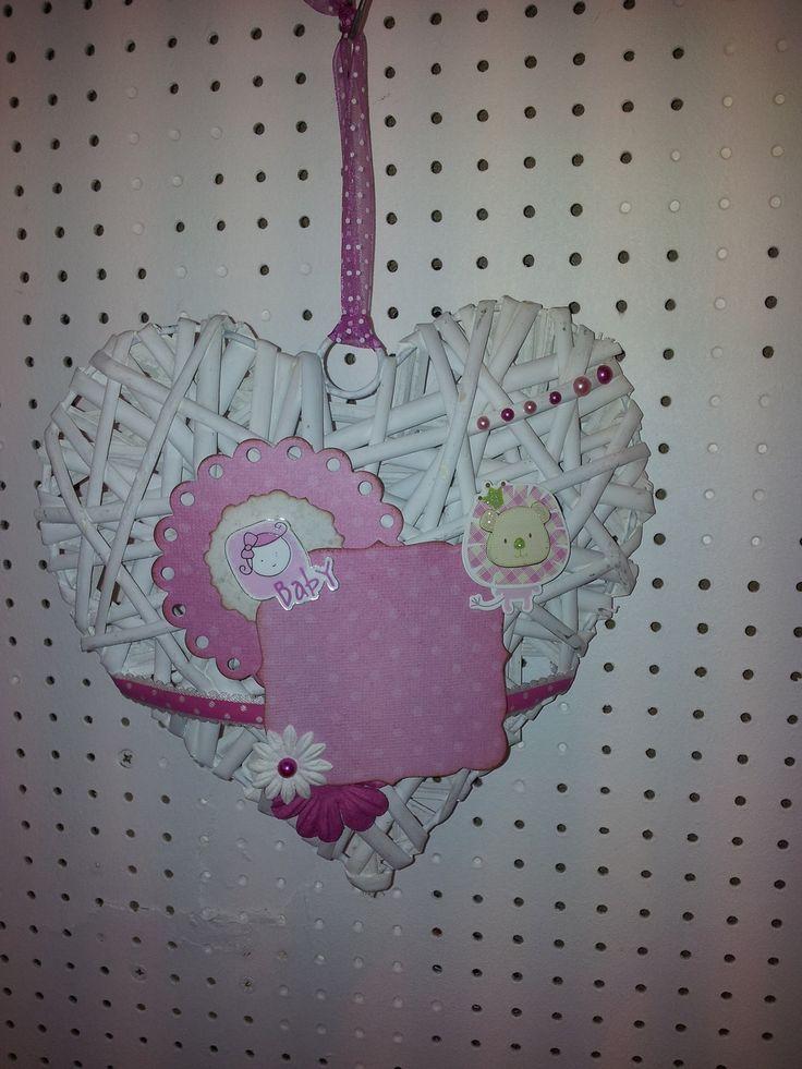 Coeur en rotin blanc décoré scrapbooking - bébé fille : Décorations murales par seve-creascrap