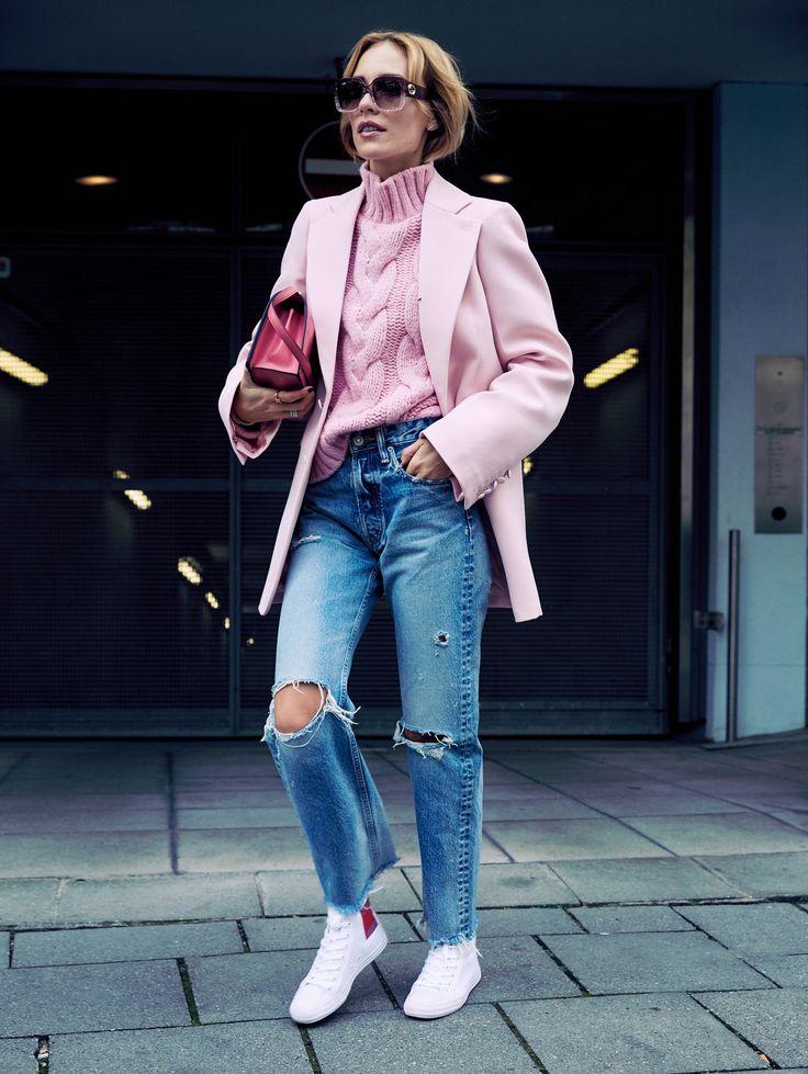 Rosa und Hellbau, zwei zarten Farben harmonieren herrlich, damit es nicht kitschig wird, ist die Hose aus maskulinem Denim | @moussyofficial #jeans @josephfashion #jacket @loewe #bag @ganni #pullover