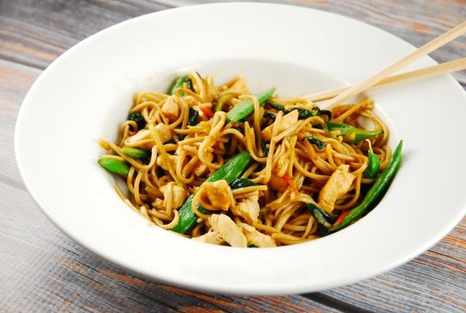 Checkout this healthy, Easy Chicken Lo Mein Recipe at LaaLoosh.com! Wonderfully flavorful, yet low calorie and low fat, this delicious dish is just 7 Smart Points!