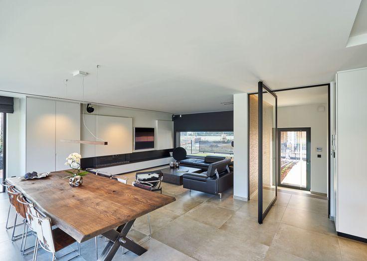 """Stalen deuren tussen inkom en woonkamer zijn extreem populair de laatste jaren. Anyway biedt een """"steel look"""" alternatief als moderne blikvanger, zonder inbouwdelen in de vloer."""