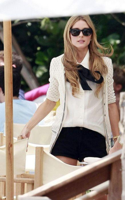 Weiße Bluse mit schwarzer Schleife und dazu eine weiße Jacke. Ausprobieren!