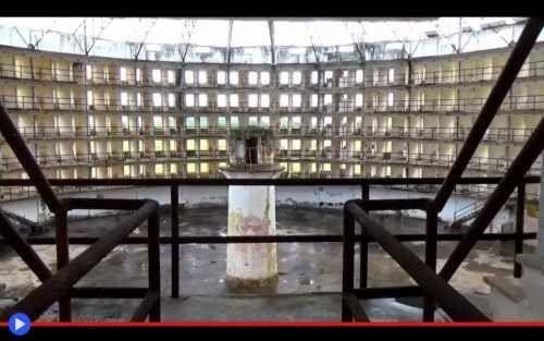 Il Panopticon: la prigione modello del guardiano onniscente Edifici in muratura rossastra, sperduti tra i venti dell'Isla de la Juventud, Cuba. Abbandonati. Dalla forma simile ad un tamburo, come Castel Santangelo, ma pieni di finestre allineate alla maniera  #prigioni #società #filosofia #storia