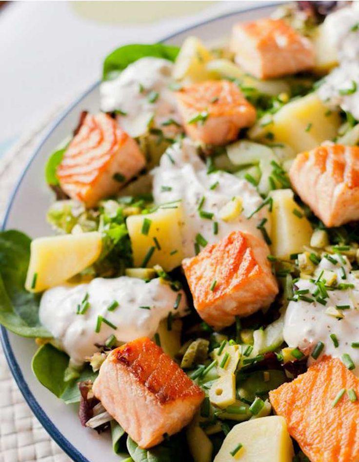 Une salade équilibrée qui associe la douceur de l'avocat, à des feuilles de mâche, à des dés de saumon grillés, à quelques dés de gruyère et à un p...