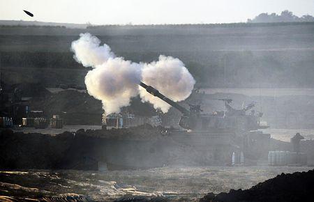 25日、イスラエル南部で、パレスチナ自治区ガザへの砲撃を続けるイスラエル軍(EPA=時事) ▼26Jul2014時事通信|12時間のガザ停戦で合意=イスラエル、1週間案は拒否 http://www.jiji.com/jc/zc?k=201407/2014072600071