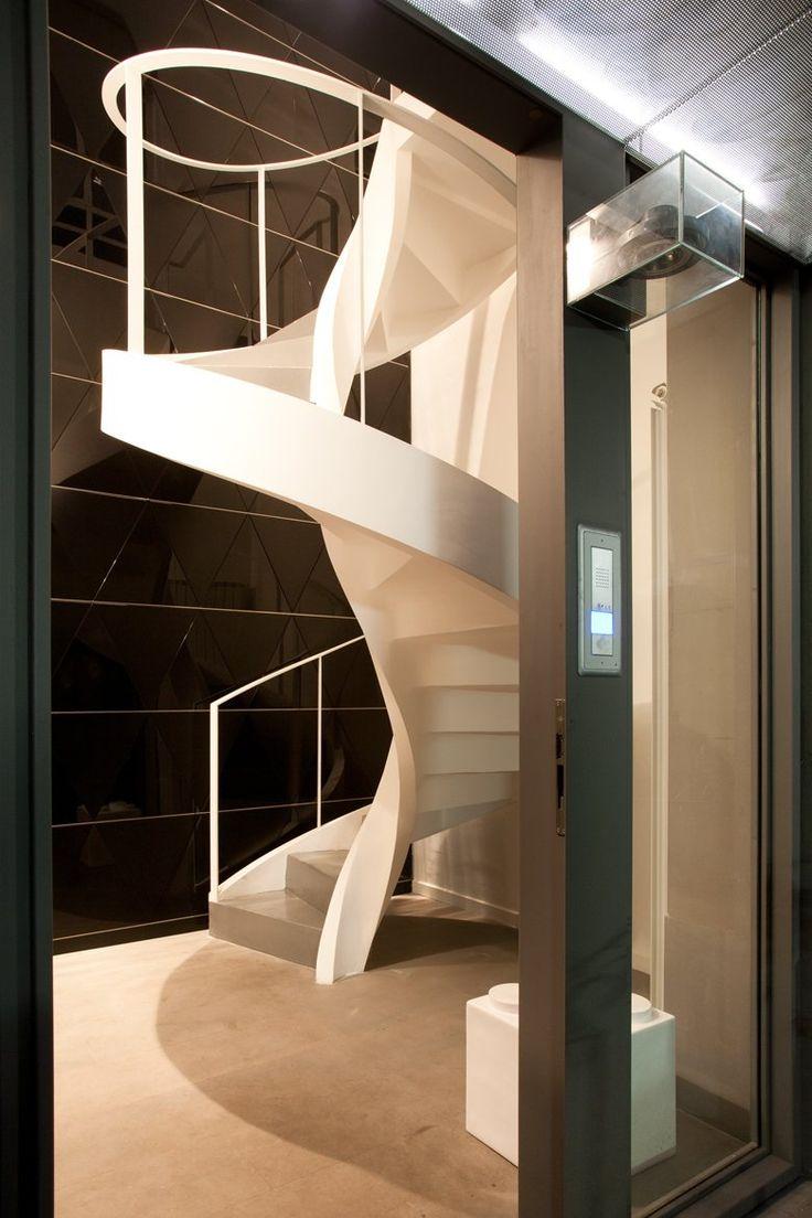 n un interno cortile del centro a Torino,il rinnovamento radicale di un exmagazzino risponde ai desideri di unacommittenza giovane e dinamica chericerca uno spazio abitativo fluido comeun loft, altamente rappresentativo,glamour e accogliente.