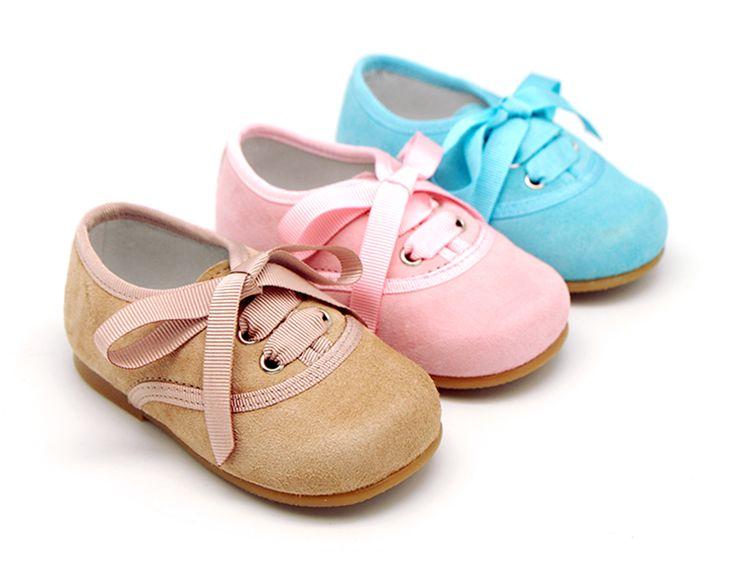 Tienda online de calzado infantil Okaaspain. Calidad al mejor precio fabricado en España. Zapato blucher de charol con picados.