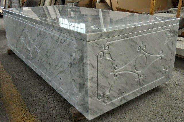 La fresa a ponte Breton Smart-Cut 800 mentre incide sarcofago in marmo. ~ il laboratorio del marmista