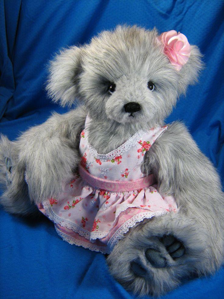 Émile-Rose fait de fausse fourrure de mode à long poil, imitaion renard argenté. yeux en verre allemand noir. 5X articulations (cou, pattes et bras) nez brodé à la main. Pieds et mains en ultrasuede couleur bleu acier. Elle porte une jolie robe faite à la main.....Creation Oursons et Gros Calins/ Bears & Hugs #bearsandhugs #teddy #ourson #bears #handmade #collectible