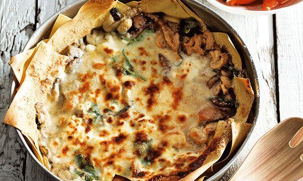 Lasanha de cogumelos. Uma alternativa sem carne à tradicional lasanha à bolonhesa. Esta mistura de cogumelos presta-se muito a ser servida com massa. Um prato de forno rápido de fazer.