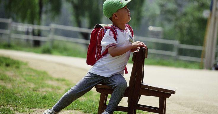 ¿Cómo hacer para que el primer día de clases de preescolar sea memorable?. El primer día de preescolar puede ser desafiante no sólo para los maestros, sino también para los alumnos. Casi todos los niños que cruzan las puerta experimentarán miedo, ansiedad o duda sobre cómo será la experiencia. Con todas las preocupaciones que los niños sienten, puede ser difícil llegar a ellos, pero hacer que el primer día sea memorable ...