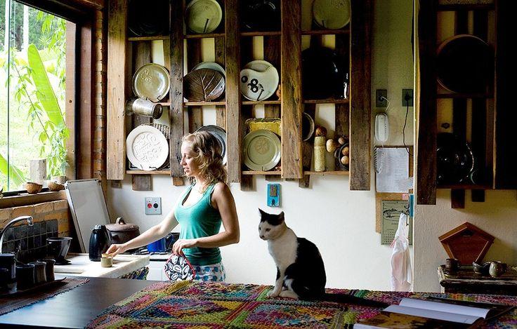 As peças-piloto que não dão certo após a queima são usadas pela ceramista Gisele Gandolfi em sua cozinha, separada do ateliê pela bancada de madeira. A toalha de renda filé e as caçarolas de barro foram compradas em viagens