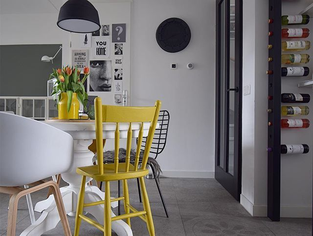 Gele houten stoel in de eetkamer en wijnpaal eetkamer