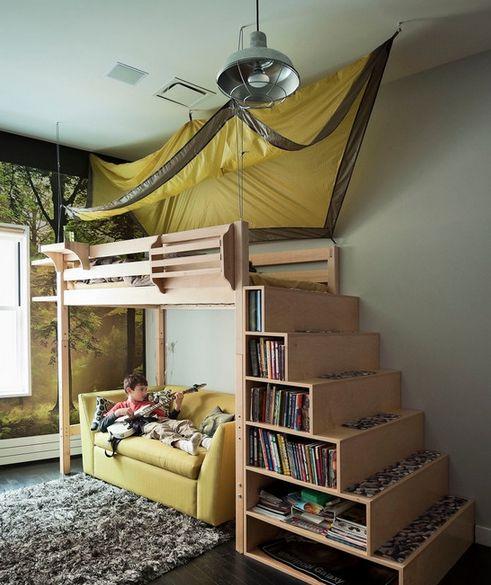Мальчишеская комната в аскетичном стиле, с грубым неопрятным светильником, с фото обоями на которых изображена лесная поляна и высокой кроватью в виде палат...