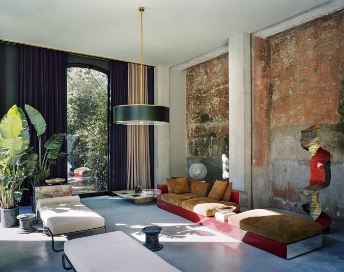 Marbre et béton, laque et laiton… l'architecte designer Vincenzo De Cotiis a réhabilité un ancien hangar à bateaux pour en faire une maison de vacances.
