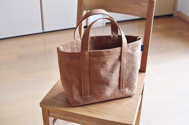 👜2017.1.21 ・ 今年初めて作った鞄は 自分用キャメル色の小ぶりなトート。 ・ バイオウォッシュ加工の 少し柔らかい帆布生地だったので スイスイ縫えました👌🏼 生地が余ったので、 内ポケット6ヶ所付き🙈 ・ ・ #帆布#8号帆布#倉敷帆布#帆布バッグ#帆布トート#トートバッグ#手仕事#バッグ#bag#sac#ハンドメイド#handmade#ファッション#コーデ#ナチュラル#シンプル#おでかけ#バーズワーズ#リサラーソン#matureha #juki#sl300ex#minne#creema