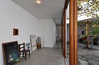 浴室前から玄関方向を見る。壁には小島さんが手がけたポスターなどが立てかけてある。