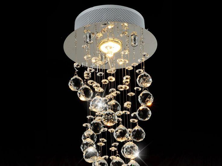 lampadario led : un bellissimo lampadario di cristallo illuminato da una luce led calda