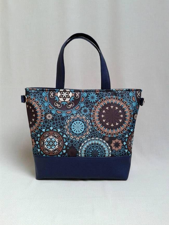 A kék mandala mintás anyag ezzel a kék textilbőrrel kombinálva a tenger színeit, a nyaralást idézi fel bennünk. Már reggel jókedvre derít!  #Base-bag 17 női #táska #mandala