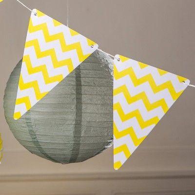 Guirlande de 5 fanions à chevron jaune qui donnera une touche de distinction à votre salle. A enfiler sur du fil de pèche