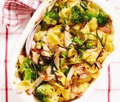 En superenkel, krämig och mättande pastagratäng. Du gör den av pasta (gärna gnocchi), kassler, purjolök, ägg, broccoli, mjölk och ostsås. Servera gärna med en krispig grönsallad. Mycket gott och omtyckt av barn som vuxna!