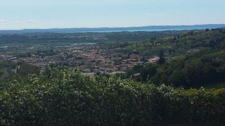 Pogled iz sela San Giorgio prema jezeru Lago di guarda