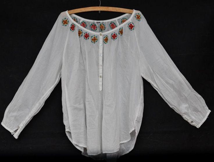Bluza transparenta,in jurul gatului are o cusatura realizata manual