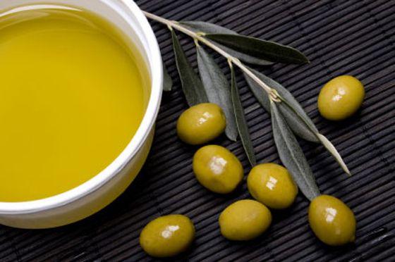 A denominação azeite de oliva cabe somente ao sumo derivado exclusivamente das azeitonas, já os azeites misturados a outros tipos de óleo recebem o nome de óleos compostos.