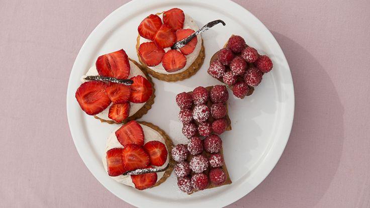 Fredriks butterdeigpai med sjokolade og bringebær / Mascarponekrempai med jordbær