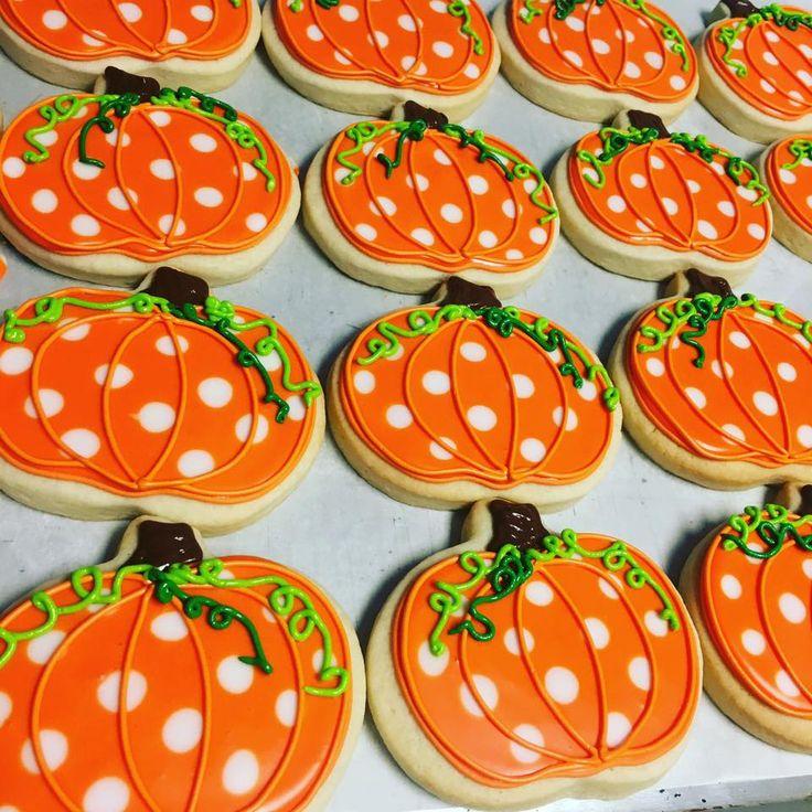 Adorable pumpkin cookies. I love the polka-dots at the curliqueues.