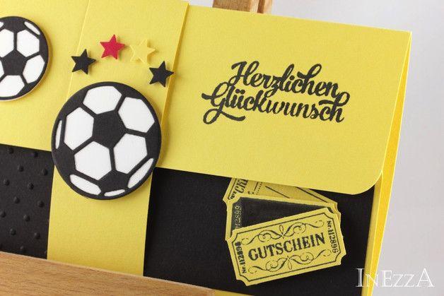 **Geschenkverpackung für ein Fußballticket mit Banderole.**  Die Umschlagkarte habe ich aus hochwertigem Papier hergestellt, von Hand ausgeschnitten und mit vielen Details zum Thema Fußball...