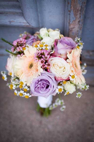 Ein bunter Sommerstrauß mit Gänseblümchen. <3 | Foto: Hochzeitsbildergeschichten