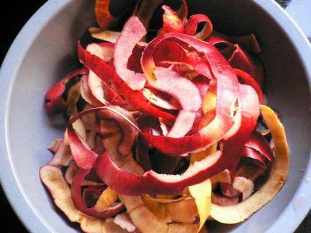 Cascas de maçã: Aplique um pedaço de casca de maçã nos olhos por 10 minutos a fim de diminuir as olheiras ou coloque-as de molho num bule, com água bem quente, açúcar e canela para um delicioso chá