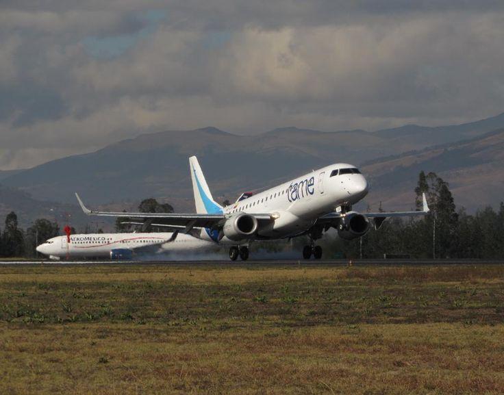 E190 de Tame aterrizando en Quito mientras al fondo un B737 de Aeroméxico espera para despegar: , por @iccparla