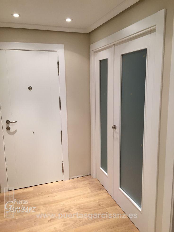 Puerta lacada de hoja doble con dos ranuras en vertical y for Puerta doble interior