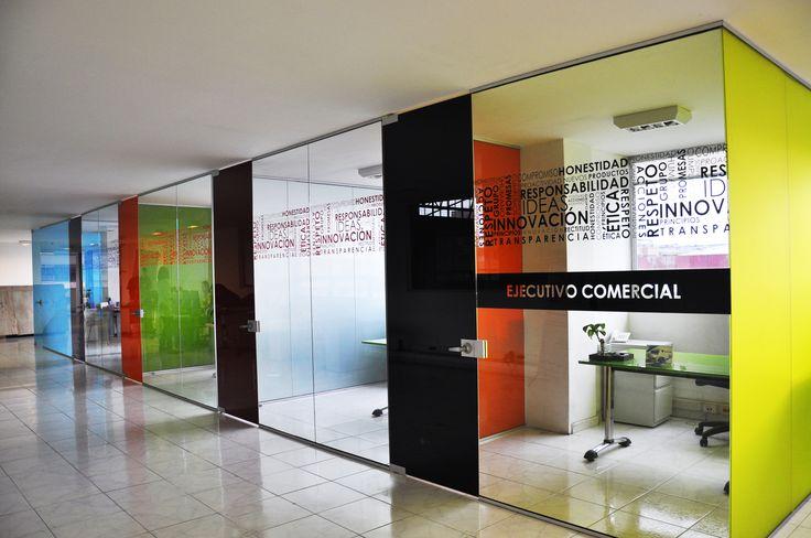 Divisiones de oficina piso techo o media altura con vidrios templados o laminados, con una amplia gama de colores logrados a través de  procesos de serigrafía, laminación con PVB de color o laminación para  insertos como impresos, fibras o polímeros.