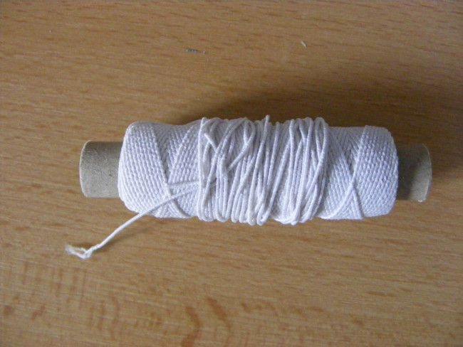 Elastická nit, která se v mírném napnutí navine na spodní cívku šicího stroje.