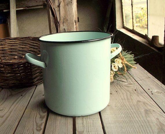 Mint Grün Suppentopf - Vintage Emaille-Topf - französische Oldtimer großen Topf - grüne Emailwaren - Mint Green Kitchen - französische Land-Dekor  ~ ~ ~ GRÖßE ~ ~ ~  Durchm.: 9 / 23 cm Höhe: 8,5 in / 22 cm  1,2 kg  ~ ~ ~ BEDINGUNGEN ~ ~ ~  Guter Vintage Zustand - kann einige kleine Emaille-Verlust, wie Sie auf Bildern sehen.  ~ ~ ~ INFORMATIONEN ~ ~ ~  Finden Sie mehr Raum in meinem Shop: https://www.etsy.com/shop/MyFrenchBricABrac?ref=hdr_shop_menu&search_query=enamelware  Dieser Artikel…