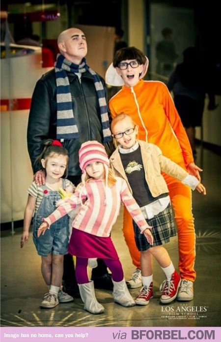 Best 'Despicable Me' family costume ever! @Terra Kittrell Kittrell Rushing maybe i shouldn't h ave kids :)