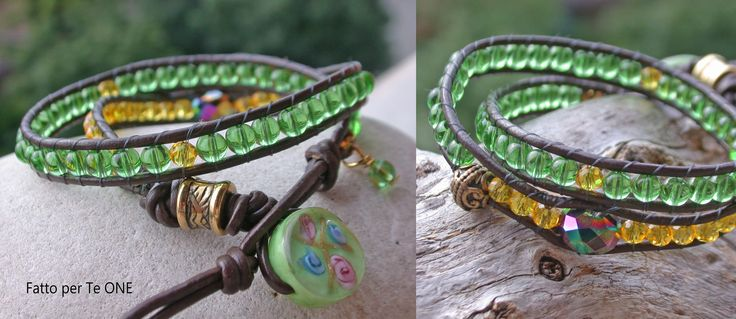 Bracciale brillante montato su cordino in cuoio marrone scuro, a due giri. Le perle sono in vetro verde e mezzi cristalli gialli. Gli inserti sono in ottone e metallo dorato. La chiusura è una perla floreale in vetro verde.