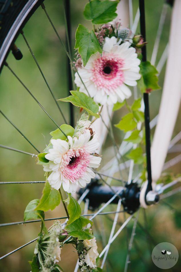 session brides / romantyczna sesja ślubna z kwiatami / fot. Bajkowe Śluby