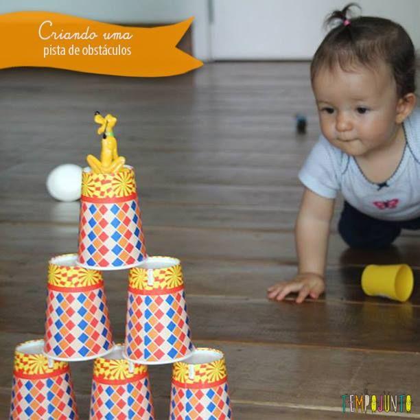 Uma boa forma de incentivar o seu bebê a engatinhar é preparar uma pista de obstáculos com copos de plásticos e alguns brinquedos.